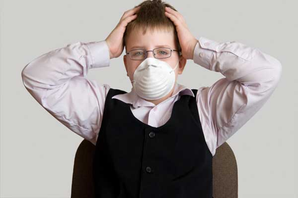школьник в маске сам удивлен своему неприятному запаху изо рта