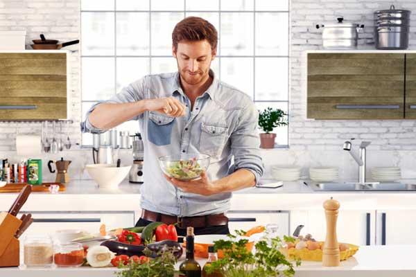 Мужские продукты питания - мужчина колдует на кухне