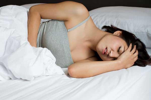 Тошнота во время беременности - девушка не может встать с кровати