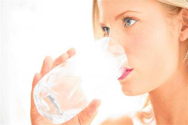 Можно ли отравиться водой, фото: красивая девушка пьет воду