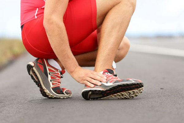 У спортсмена травма - растяжение связок