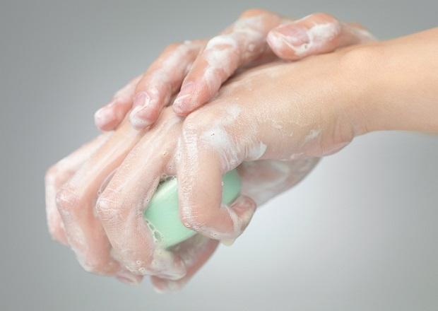 промойте место укуса комара мылом