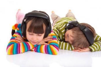 40% подростков засыпают в наушниках