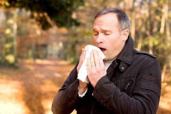 Восприимчивость к инфекции. Фото: мужчина кашляет