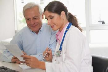 Женщина-врач и пожилой пациент