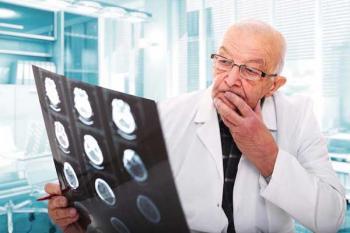 На фото: пожилой врач