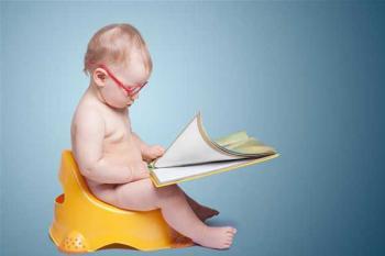 Маленький ребенок читает книгу