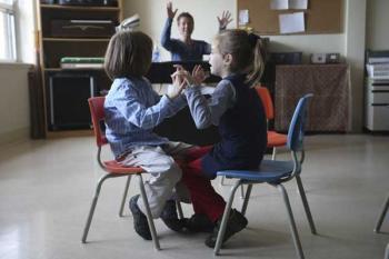 Дети в школе, дети играют, аутисты и воспитатель