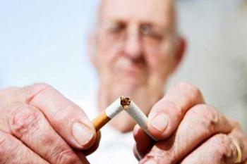 Отказ от курения - пожилой человек ломает сигарету