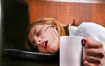 Дневной сон - девушка с чашкой в руках спит на ноутбуке