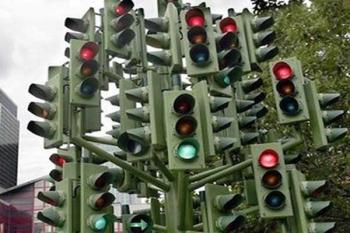 Опасный перекресток, много светофоров