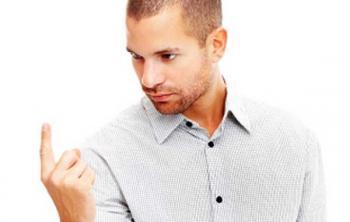 Мужчина смотрит на свой указательный палец