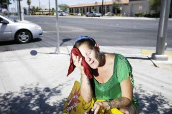 Пожилая женщина страдает от жары