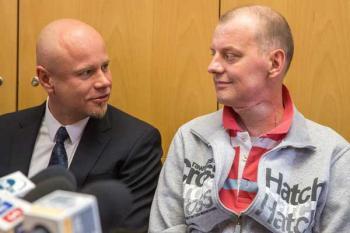 Хирург Адам Мациевский  и его пациент Михал после трансплантации сразу нескольких органов гора и шеи, 5 мая 2015 года - AFP