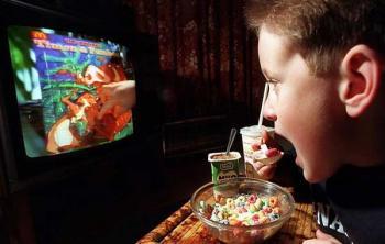 Мозги подростков слишком восприимчивы к пищевой рекламе