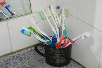 Зубные щетки в общей кружке
