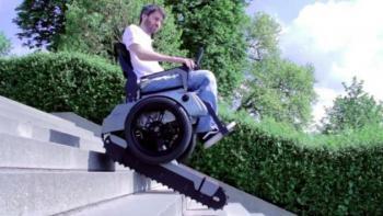 Инвалидное кресло, которое может подниматься по лестнице