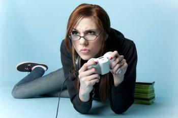 Девушка играет в видеоигры