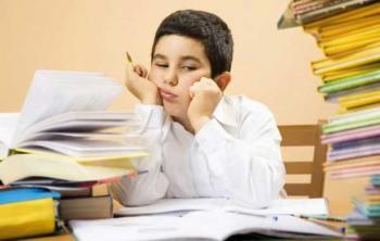 Как увеличить IQ ребенка - мальчик завален книгами