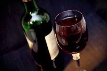 красное вино и шоколад замедляют развитие болезни Альцгеймера