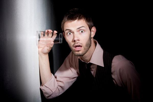 Признаки параноидальной шизофрении - на фото человек с манией преследования