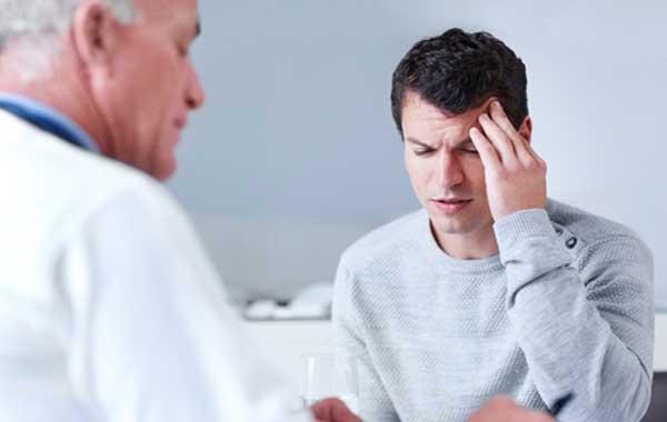 Врач начинает лечение сотрясения мозга