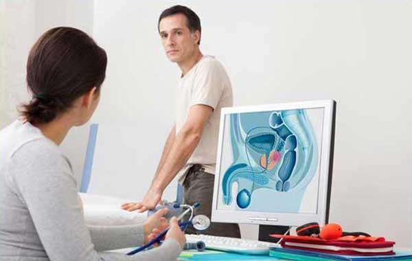 На фото: уролог объясняет мужчине, что такое острый простатит