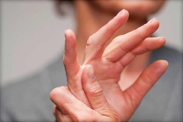 женские руки - симптомы ревматоидного артрита