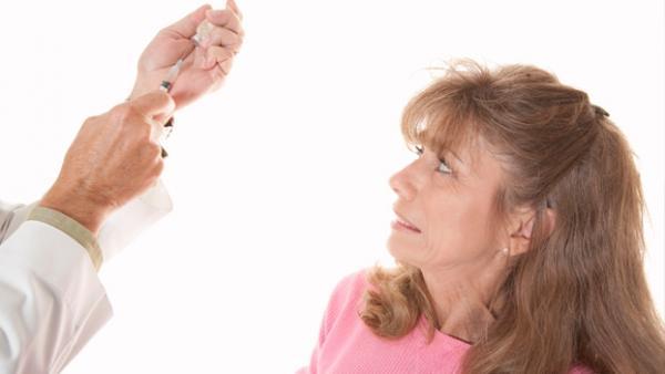 Женщина с испугом смотрит на врача, подозрение на бруцеллез