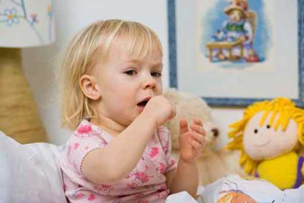 Изжога у ребенка, маленькая девочка плачет, рядом любимая игрушка