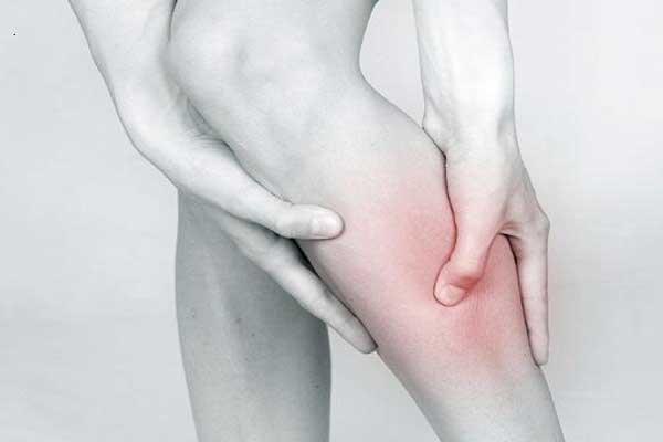 Судороги в ногах - человек держится за больную мышцу