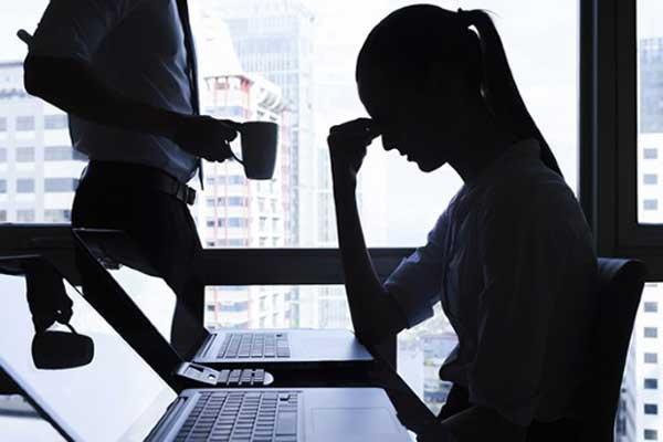 Причины головной боли - девушка пьет кофе в офисе