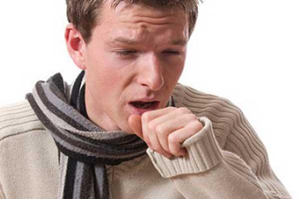Хронический бронхит - мужчина в шарфе мучается от кашля