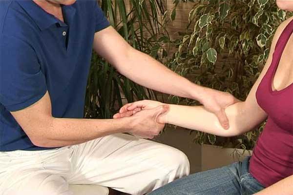 Онемение: мужчина массирует женщине руку