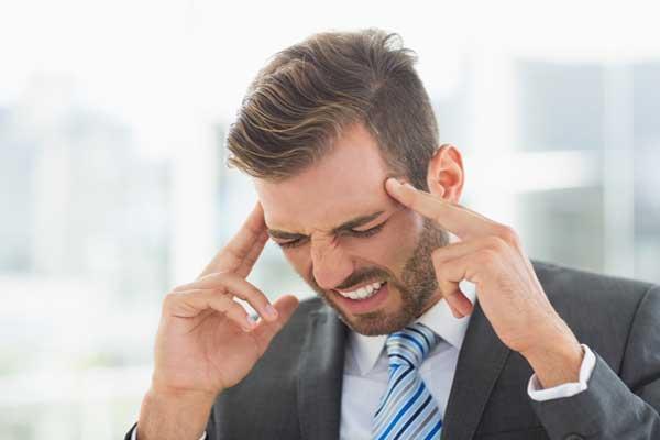 Головокружение при шейном остеохондрозе, мужчина держится за голову
