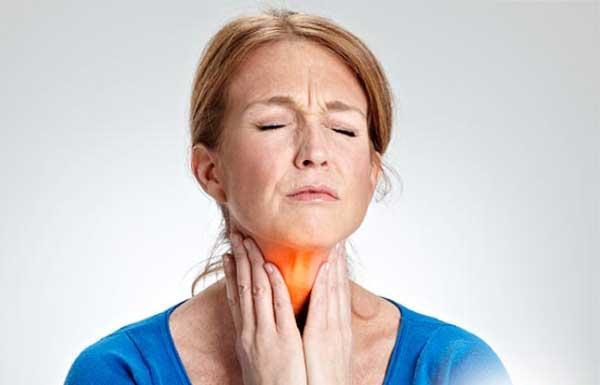 Фарингит у женщины болит горло