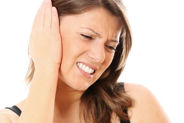 У девушки сильная боль в правом ухе