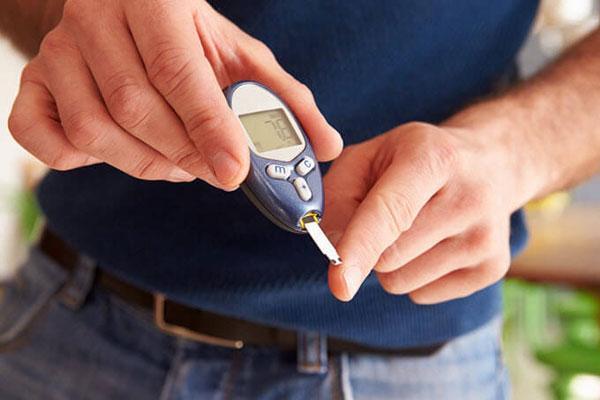 Мужчина измеряет уровень глюкозы в крови