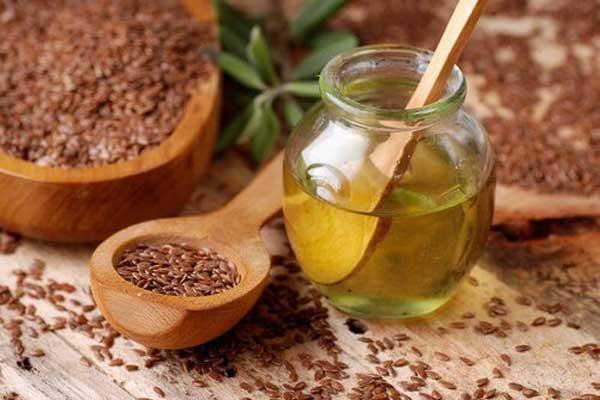 На фото: льняное масло и семена льна