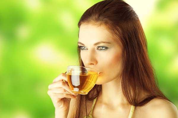 Зеленый чай для беременности, красивая брюнетка наслаждается чаем