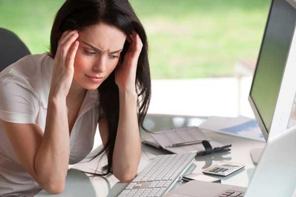 Стресс мешает забеременеть - девушка и проблемы на работе