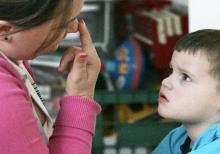 Аутизм: на чем фокусируется взгляд во время разговора?