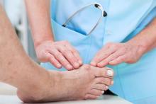 Врач ортопед диагностирует вальгусную деформацию большого пальца стопы