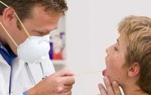 Фото: врач решает как лечить корь у подростка