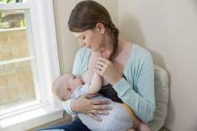 Фото: женщина кормит ребенка грудью