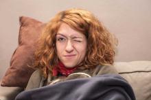На фото: у женщины дёргается левый глаз