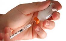 Вакцинация, врач набирает вакцину в шприц