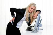У блондинки прихватило спину на работе, у девушки сильная боль в спине