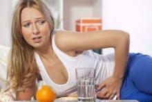 Какая диета нужна при язве желудка - у женщины сильно болит в животе