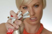 Красивая девушка ломает сигареты